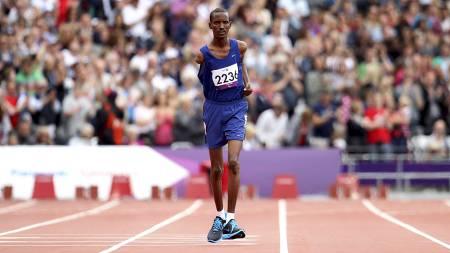 PUBLIKUMSFAVORITT: Houssein Omar Hassan fra Djibouti avbildet under første runde av 1500-meteren T46 for menn. Hassan slet med en fotskade og kom i mål lenge etter alle de andre på tiden 11 minutter og 23 sekunder. Publikum ga 35-åringen enorm støtte underveis, og reiste seg og tok bølgen hver gang Hassan passerte. (Foto: EMPICS Sport/Pa Photos)