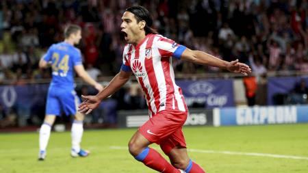 HERJET MED CHELSEA: Radamel Falcao gjorde som han ville og senket Chelsea i Supercupen. (Foto: ERIC GAILLARD/Reuters)