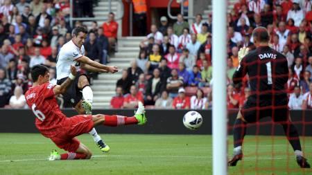 KONTANT I NETTET: Robin van Persie scorer for andre kamp på rad for Manchester United og utligner til 1-1 på St. Mary's. (Foto: OLLY GREENWOOD/Afp)