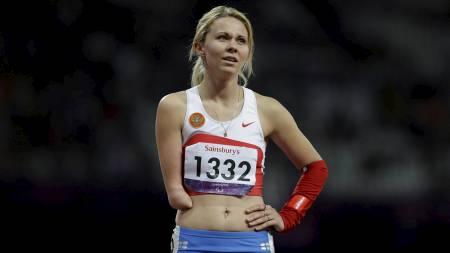SUR 4. PLASS: Russlands Nikol Rodomakina fortviler etter målgang på kvinnenes 200 meter i T46-klassifiseringen. (Foto: Lefteris Pitarakis/Ap)