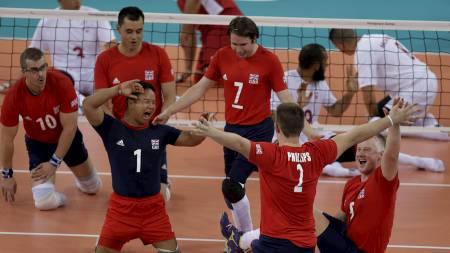 IDRETTSGLEDE: Storbritannias spillere jubler etter å ha fått inn et poeng mot Marokko i sittevolleyball. (Foto: Lefteris Pitarakis/Ap)