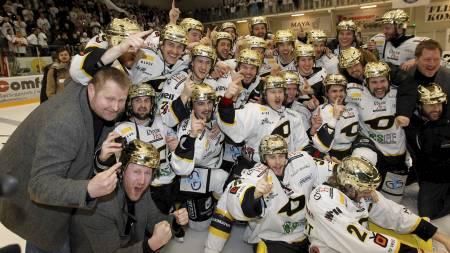 OILERS-JUBEL: Stavanger Oilers jubler etter å ha kronet jubelsesongen med sluttspillgull. (Foto: Bendiksby, Terje/NTB scanpix)