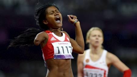 VINNERGLEDE: Cubas Yunidis Castillo jubler etter å ha vunnet kvinnenes 200 meter T46-finalen. (Foto: ADRIAN DENNIS/Afp)
