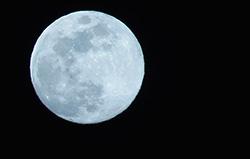 Fullmånen over Quito i Ecuador ser faktisk litt blålig ut i dag. (Foto: Reuters)