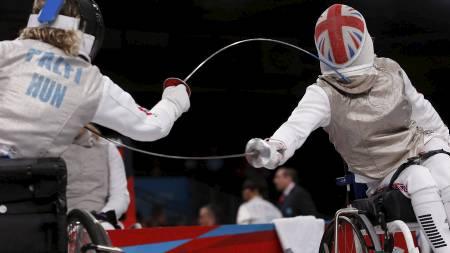 FEKTING: Storbritannias Justine Moore (t.h.) og Judit Palfi fra Ungarn konkurrerer i kårde i B-kategorien. (Foto: SUZANNE PLUNKETT/Reuters)