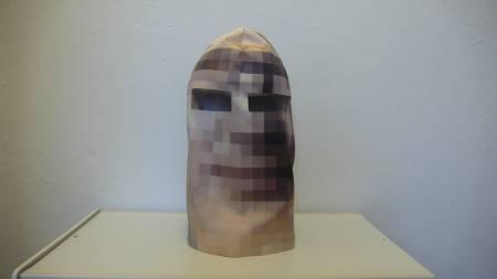 FINLANDSHETTE: Skulle du ønske at du av og til hadde hatt på   deg en slik maske på noen av bildene av deg som ligger ute på nettet?   (Foto: martinbackes.com/)
