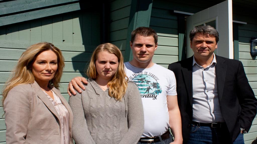 FÅR HJELP: Nina Warhus og samboer Hans Erik Christoffersen (i midten) får hjelp til å rydde opp i sin kaotiske privatøkonomi av Cecilie Lynum og Magne Gundersen. Foto: TV3