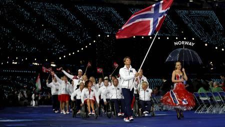 NORGES FLAGGBÆRER: Den norske seileren Aleksander Wang-Hansen fikk æren av å bære Norges flagg under åpningsseremonien onsdag 29. august. (Foto: Matt Dunham/Ap)
