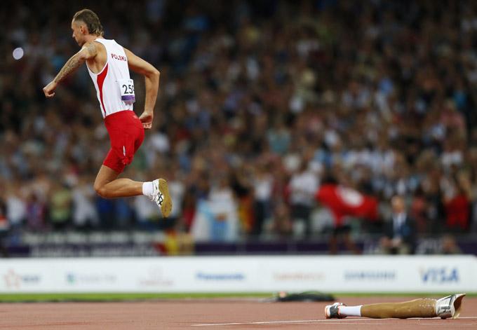 HØYDE: Polens Lukasz Mamczarz i tilløpet i mennenes høydekonkurranse i F42-klassifiseringen i Paralympics. Han har kastet protesen og hinker fram mot høydelisten.  (Foto: ANDREW WINNING)