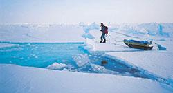 Tynn og flat årsgammel is, full av åpne råker. (Foto: Torry Larsen)