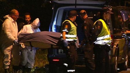 En død person ble ved halv fire-tiden natt til tirsdag fraktet ut fra et skogholt på Kolbotn. (Foto: TV 2)