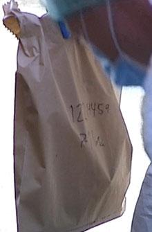 BESLAG: Her er en av posene politiet brukte for å sikre spor fra 64-åringens lokaler på Bryn. (Foto: Stein Akre / TV 2)