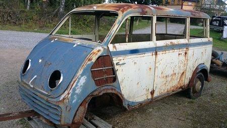 Tofarget lakk, vinduer rundt hele - og til og med rundt hjørnene bak, alt tyder på at dette var en skikkelig flott bil da den var ny i 1953. Men fryktelig få har overlevd. Kanskje er det håp for denne? (Foto: Blocket.se)