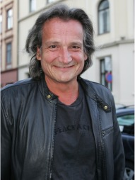 NÆRE VENNER: revykollega Tom Sterry støtter sin gode venn Brede Bøe.  (Foto: Marius Gulliksrud, ©ps)