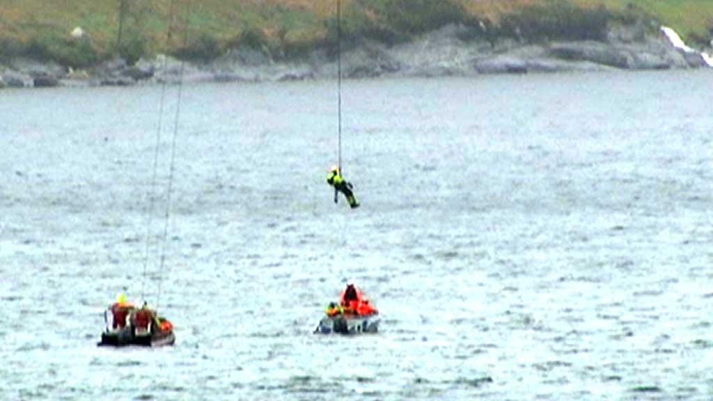 NEDE: Her vert den siste av dei to redda ned frå korga, rundt 100 meter over bakken. (Foto: Geir Hundeide/TV 2)
