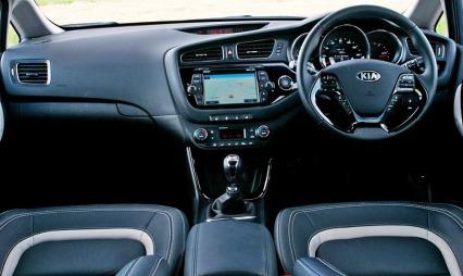 Sånn er førermiljøet i nye Kia Cee'd SW - og nei, bildet er ikke speilvendt. Det er imidlertid bilder av en engelsk bil som er frigjort først...