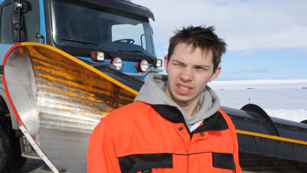 SLØSER: Christer Skjæran (21) øser ut penger på bil-interessen. Regninger kaster han i søpla. FOTO: TV3
