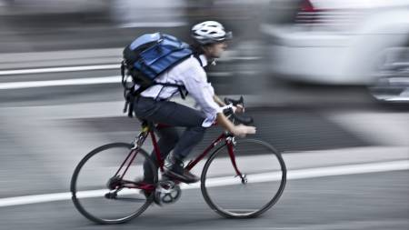 UBESKYTTET: Ute i trafikken er det liten tvil om hvem som er   den tapende part når det oppstår konfliktsituasjoner. (Foto: Illustrasjonsbilde   / Colourbox/)