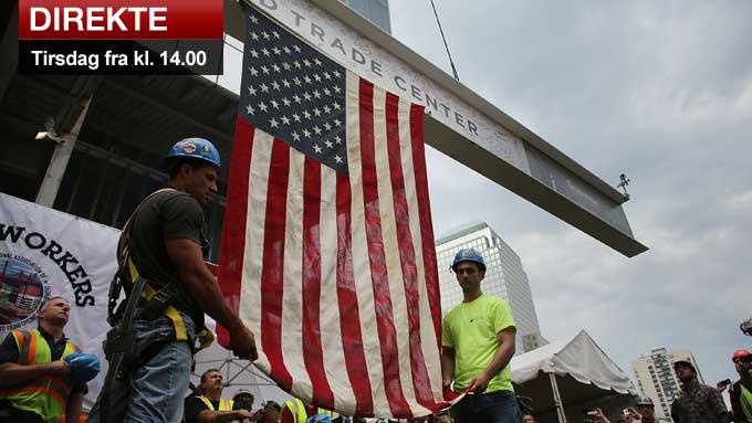 NYTT TÅRN: Bygningsarbeiderne Danny Conca og Brian Shelly holder det amerikanske flagget festet til den siste stålbjelken som heises til toppen av det nye høyhuset som har fått adressen Four World Trade Center. Bildet er tatt 25. juni 2012. (Foto: Spencer Platt)