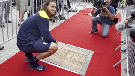 BLE HEDRET: Zlatan ble hedret i Sverige med egen plass på  Walk of Fame of Sports i Malmö. (Foto: DRAGO PRVULOVIC/Ap)