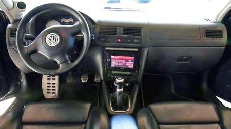 Skinninteriøret gjør bilen eksklusiv på innsiden. Og det store stereoanlegget dominerer i midtkonsollen. (Foto: Privat)