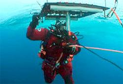 Forskere fra Polarinstituttet brukte dykkere for å måle tykkelsen   på polisen. (Foto: Norsk Polarinstitutt)