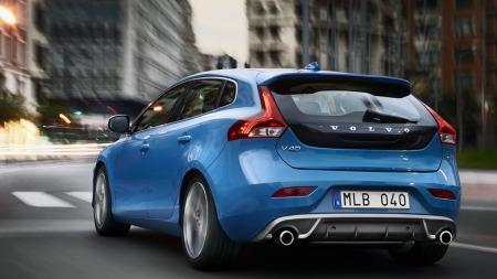 Slik blir nye Volvo V40 med R-Design-pakken. Som vanlig er spesiell   grill og frontspoiler blant de tingene man først legger merke til, men   bilen blir nesten vel så tøff bakfra.