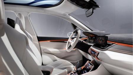 Interiøret er det mest spenstige på Active Tourer Concept. Helt slik blir det nok ikke når produksjonsmodellen er klar - men det spesielle og enorme glasstaket skal visstnok bli en realitet.