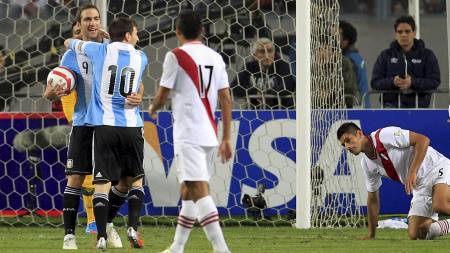 Gonzalo Higuain, Carlos Zambrano  og Lionel Messi (Foto: ENRIQUE CASTRO-MENDIVIL/Reuters)