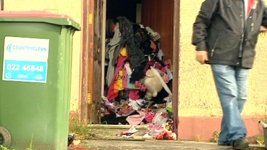 HØGT: Ein anslår at det var så mykje som 120 centimeter med bos på golvet i huset. (Foto: Irsk TV 3)