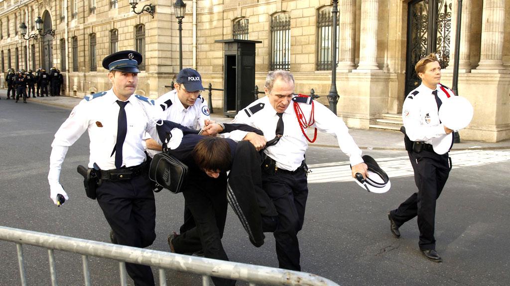 TATT: Flere hundre mennesker ble pågrepet under demonstrasjoner mot den omstridte videoen «Innocence of Muslims» i Paris og Antwerpen lørdag.  (Foto: REUTERS/Benoit Tessier)
