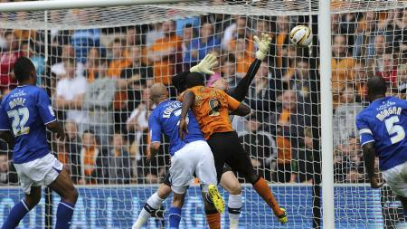 SJANSELØS SCHMEICHEL: Sylvan Ebanks-Blake stanger inn Wolverhamptons 1-0-mål mot Leicester på Molineux. (Foto: Nick Potts/Pa Photos)