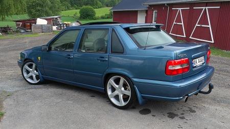 Fargen på Josteins S70 er ikke den vanligste på disse bilene, noe han selv er meget godt fornøyd med. Lakkert i bilens farge skjemmer heller ikke skvettlappene noe, og de bidrar til å holde bilsidene i bra stand. (Foto: Privat)