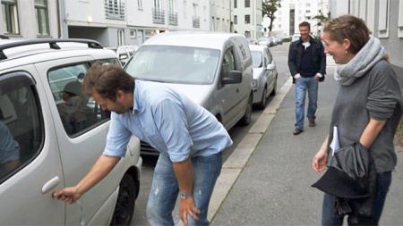 GRATIS BIL: «Fredrik» låser opp og overrekker en gratis bil til en heldig mottaker som svarte på en av de 100 annonsene som ble publisert på Finn. (Foto: Norsk Tipping/Try)