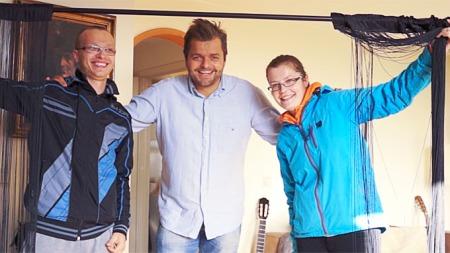 FIN GARDIN: Fredrik-karakteren poserer sammen med mottakerne av en gratis gardin. (Foto: Norsk Tipping/Try)
