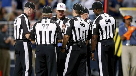 RÅDVILLE: Reservedommerne i kampen mellom Washington Redskins og St. Louis Rams tok et rådsmøte underveis i kampen. (Foto: JAMIE SQUIRE/Afp)
