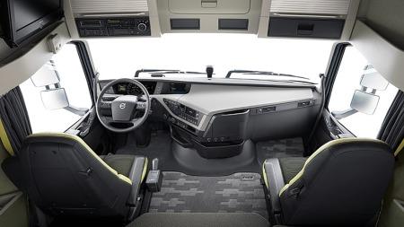 Dashboardet begynner å ligne på en personbils, og materialer og utførelse tar interiøret til et nytt nivå i Volvos nye FH-serie.