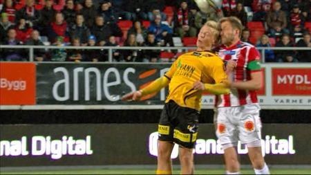 Erling Knudtzon og Miika Koppinen i duell.   Koppinen måtte ut med hodeskade. (Foto: TV 2)