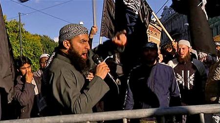 DEMONSTRERTE: En gruppe med radikale muslimer hadde stilt seg opp ved den amerikanske ambassaden. (Foto: TV 2)