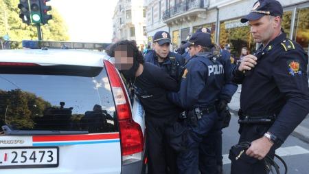 EN PÅGREPET: En person ble pågrepet for ordensforstyrrelse utenfor den amerikanske ambassaden i Oslo fredag ettermiddag. (Foto: Kyrre Lien / NTB scanpix)