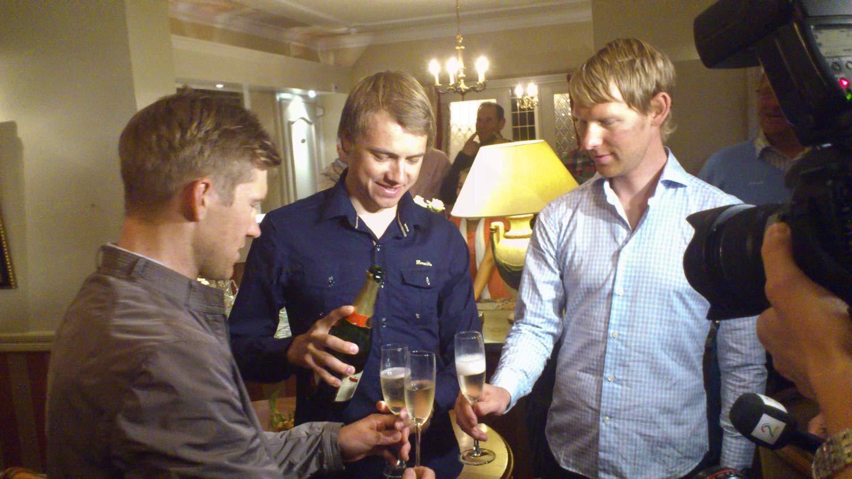 Sølvvinner Edvald Boasson Hagen skjenker champagne til lagkameratene Lars Petter Nordhaug og Gabriel Rasch. (Foto: MATS WEDERVANG)