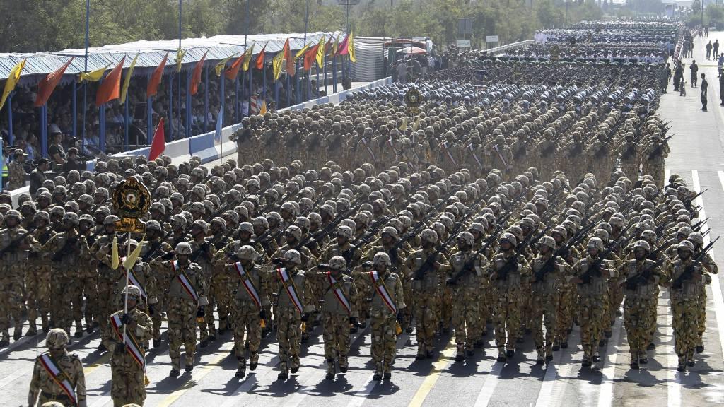 ADVARER: Iranske soldater under parade i hovedstaden Teheran. En toppoffiser i det iranske militæret advarer både USA og Israel om at de er klare for krig hvis de blir angrepet. (Foto: ATTA KENARE/Afp)