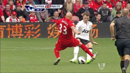 JonJo Shelvey fikk direkte rødt kort for denne taklingen på Jonny Evans. (Foto: TV 2)