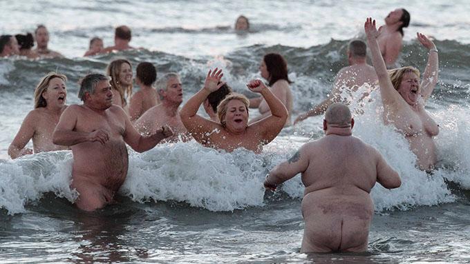 IKKE REKORD: Det ble likevel ikke verdensrekord på de over 200 nakenbaderne.  (Foto: LINDSEY PARNABY, ©jk/rc)