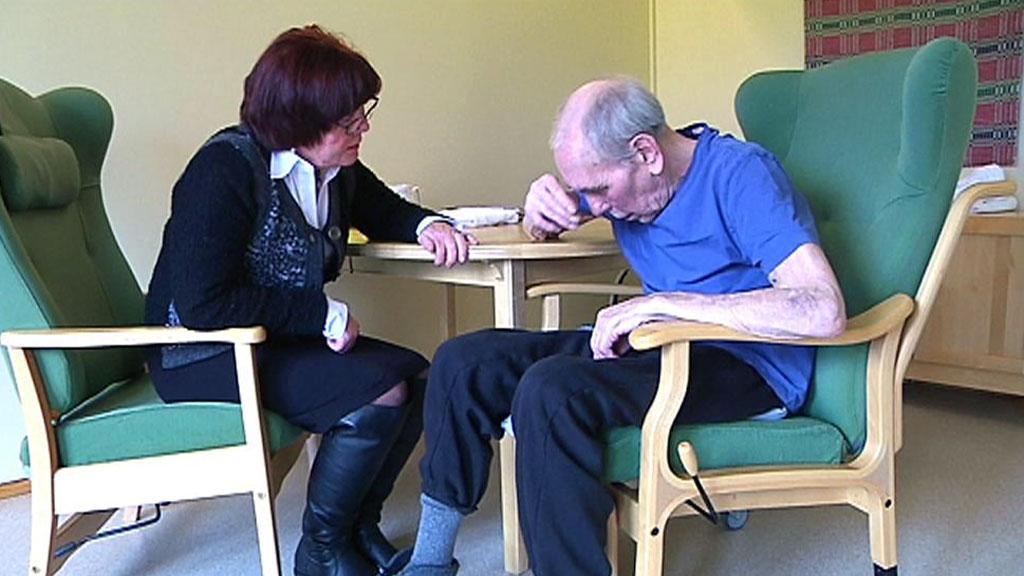 BLIR STADIG DÅRLIGERE: Den 83 år gamle pensjonerte majoren Otto Henriksen blir stadig dårligere av aldersdemens. Barna hans frykter at manglende omsorg vil koste ham livet. (Foto: TV 2)