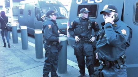 KLARE: Politifolk i opprørsutstyr har stilt seg opp ved den amerikanske ambassaden fredag ettermiddag. (Foto: Tommy Storhaug / TV 2)