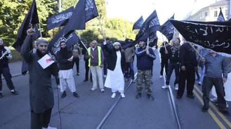 IRRITERT: Radikale muslimer demonstrerer utenfor den amerikanske ambassaden i Oslo fredag ettermiddag. Arrangøren Ubaydullah Hussain (til venstre) var irritert på politiet. (Foto: Lien, Kyrre/NTB scanpix)