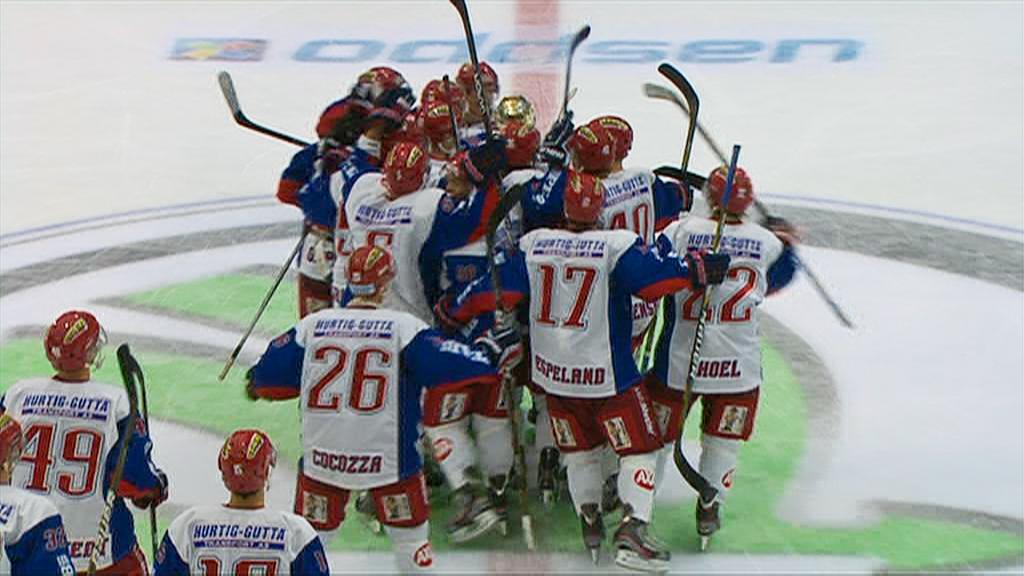 VIF-spillerne jubler rundt matchvinner Jonas Oppøyen, som sikret 6-5-seier over Lørenskog. (Foto: TV 2)