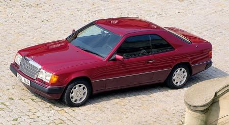 E-klasse coupe er ikke det mest vanlige synet på veien - og et godt holdt eksemplar kan bli en aldri så liten klassiker.