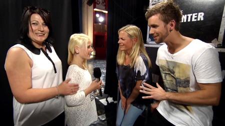 Alice og mamma bak scenen i Norske Talenter (Foto: TV 2)
